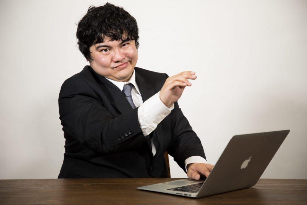 facebookのプロフィール画像をドヤ顔で変更する男性